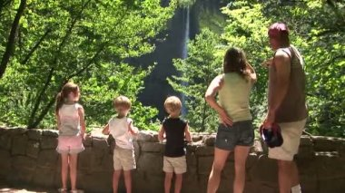 Family looking at waterfall — Vídeo de stock