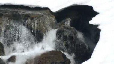танення снігу річка — Stockvideo