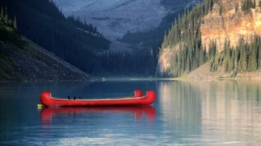 Canoes on Lake Louise — Stock Video