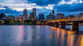 Portland skyline langs willamette rivier — Stockfoto