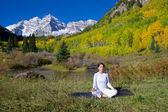 Yoga in maroon bells — Stockfoto