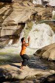 Praktykowanie jogi w wodospad — Zdjęcie stockowe
