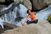 Practicing Yoga at Waterfall — Stock fotografie