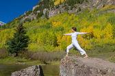 Йога в горах в осень — Стоковое фото