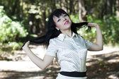 Okouzlující mladá bruneta v parku — Stock fotografie