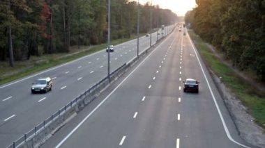 Circulation des voitures sur la route. time-lapse — Vidéo