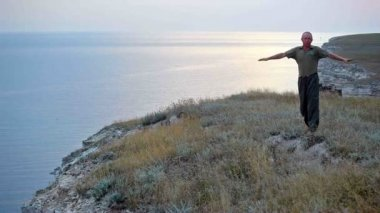 Человек делает упражнения на берегу моря — Стоковое видео