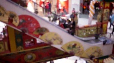 Sylwetki ludzi na schodach w centrum handlowym — Wideo stockowe