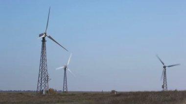 Větrná turbína, práce a postavení — Stock video