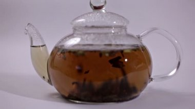 Glass teapot with a tea leaf — Stock Video