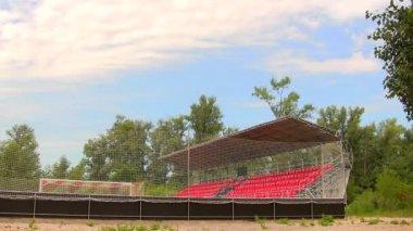 Mały stadion i niebo w chmury. upływ czasu — Wideo stockowe
