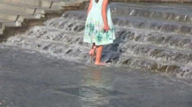 Little girl goes on the current water — Stock Video