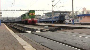 пассажирский поезд отправляется от станции — Стоковое видео
