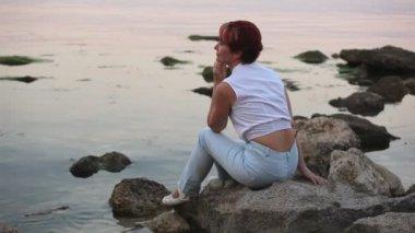 žena leží na pobřeží a úsměv — Stock video