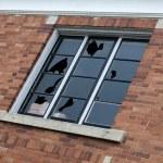разбитое окно — Стоковое фото #14214237