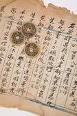 Antik çin kitap sayfası ve madeni para — Stok fotoğraf