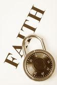 Titular de fe y cerradura, concepto de creencia de la religión, fidelidad — Foto de Stock