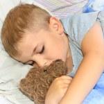 niño durmiendo con su osito de peluche — Foto de Stock   #29897569