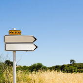 пустой дорожный знак в поле — Стоковое фото