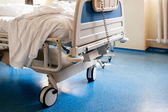 Empty hospital bed on hospital ward — Stock Photo