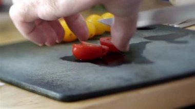 Chief slicing fresh tomatoes — Stock Video