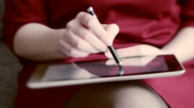Woman drawing on tablet — Stockvideo