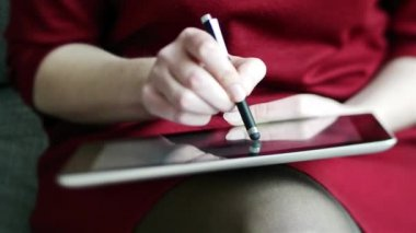Woman drawing  on tablet computer — Stock Video