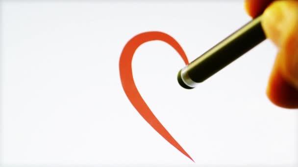 Dibujo en forma de corazón en tableta — Vídeo de stock