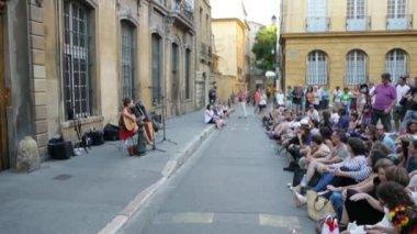 Street performer girl singing — Stock Video
