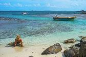 Sol mulher tomando banho na ilha das pombas — Foto Stock