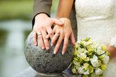 Handen met bruiloft ringen — Stockfoto