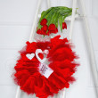 Love garland and red flowers — 图库照片