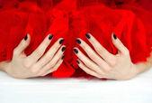 Unhas escuras e véu vermelho — Fotografia Stock