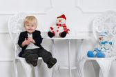 милый маленький мальчик с снеговики — Стоковое фото