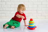 Kid and toy pyramid — Stock Photo