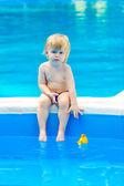 Kleine jongen bij het zwembad — Stockfoto