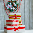 Wrapped gift boxes and Christmas wreath — 图库照片
