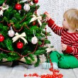 Toddler decorating Christmas tree — Foto Stock