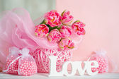 Cartas de amor de handmande y flores rosadas — Foto de Stock