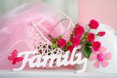 Fiori rosa e famiglia segno — Foto Stock