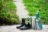 Kid's regen laarzen en tuingereedschap — Stockfoto