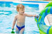 Roztomilé batole v bazénu — Stock fotografie