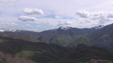Nubes sobre el valle en picos europa — Vídeo de stock