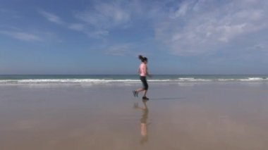 Jogging on seashore — Stockvideo