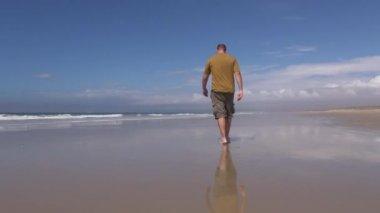 Man promenader på stranden — Stockvideo