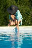 Tocar el agua en la piscina — Foto de Stock
