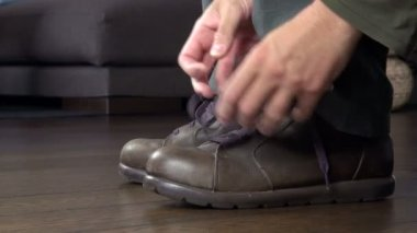 Man tying his shoelaces — Stock Video