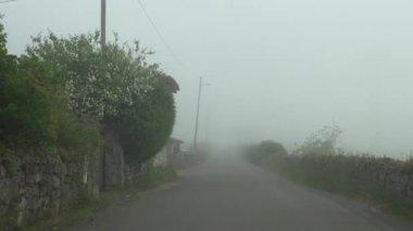 霧の田舎街を運転 — ストックビデオ
