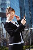 Portret kobiety ładny biznes nad centrum biznesowe z tyłu — Zdjęcie stockowe