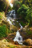 Duży wodospad w tropikalnej dżungli, na muang koh samui — Zdjęcie stockowe